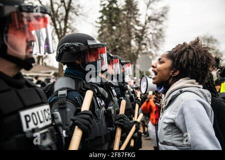 Brooklyn Center, Minnesota, 11. April 2021, Demonstranten demonstrieren am 11. April 2021 in Brooklyn Center, Minnesota, in der Nähe der Ecke Katherene Drive und 63. Ave North nach der Tötung von Daunte Wright. Foto: Chris Tuite/ImageSPACE /MediaPunch Stockfoto