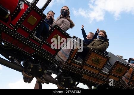 Die Menschen genießen die Attraktionen der Alton Towers in Staffordshire, da England mit der weiteren Lockerung der Sperrbeschränkungen einen weiteren Schritt zurück in Richtung Normalität unternimmt. Bilddatum: Montag, 12. April 2021. Stockfoto
