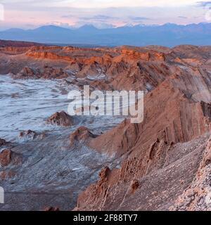 Erste Sonnenstrahlen im Morgengrauen bei El Valle de la Luna (Tal des Mondes) In der Nähe von San Pedro de Atacama in der Cordillera de la Sal Region der Atacama de
