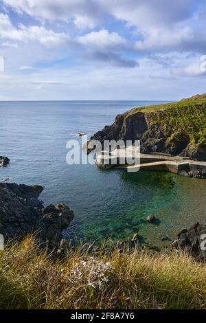 Blick auf die irischen Klippen. Strand in tramore ireland, Newtown Cove