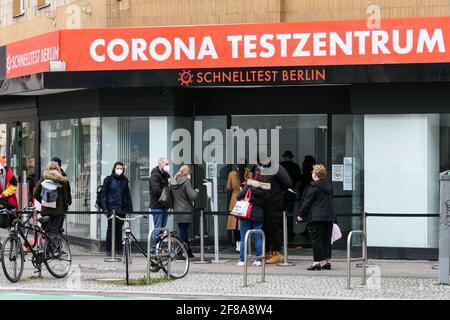 Berlin, Deutschland. April 2021. Am 12. April 2021 warten Menschen vor einem Testgelände in Berlin, der Hauptstadt Deutschlands, auf COVID-19-Tests. Nach Angaben des Robert Koch-Instituts (RKI) wurden am Montag seit Ausbruch der Pandemie mehr als drei Millionen COVID-19-Infektionen in Deutschland registriert. Quelle: Stefan Zeitz/Xinhua/Alamy Live News