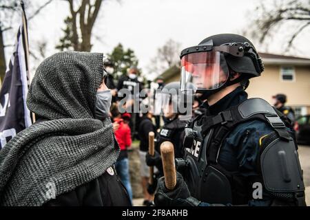 Brooklyn Center, Usa. April 2021. Demonstranten demonstrieren am 11. April 2021 in Brooklyn Center, Minnesota, in der Nähe der Ecke Katherene Drive und 63. Avenue North nach der Tötung von Daunte Wright. Foto: Chris Tuite/ImageSPACE Kredit: Imagespace/Alamy Live News Stockfoto