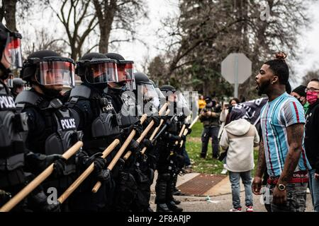 Brooklyn Center, Usa. April 2021. Demonstranten demonstrieren am 11. April 2021 in Brooklyn Center, Minnesota, in der Nähe der Ecke Katherene Drive und 63. Avenue North nach der Tötung von Daunte Wright. Foto: Chris Tuite/ImageSPACE Kredit: Imagespace/Alamy Live News Stockfoto