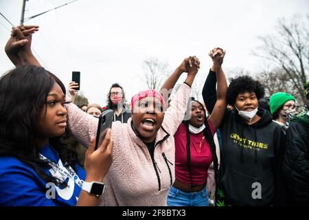 Demonstranten demonstrieren am 11. April 2021 in Brooklyn Center, Minnesota, in der Nähe der Ecke Katherene Drive und 63. Avenue North nach dem Tod von Daunte Wright. Foto: Chris Tuite/ImageSPACE/Sipa USA Stockfoto