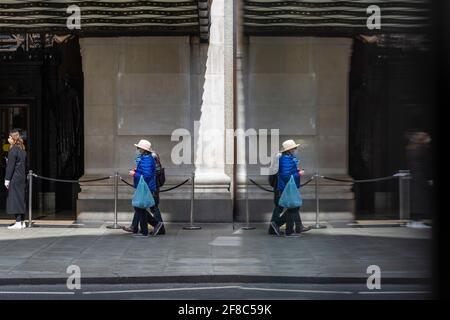 London, Großbritannien. 13. April 2021. Die Menschen, die in der Oxford Street einkaufen, folgen der Roadmap der britischen Regierung, die die Wiedereröffnung von nicht-wichtigen Geschäften am Vortag ermöglichte. Kredit: Stephen Chung / Alamy Live Nachrichten Stockfoto