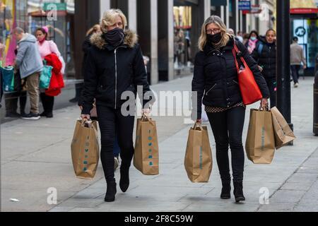 London, Großbritannien. 13. April 2021. Frauen, die in der Oxford Street einkaufen, nachdem die britische Regierung die Roadmap für das Coronavirus außer Betrieb genommen hatte, die es nicht unbedingt notwendigen Geschäften erlaubte, am Vortag wieder zu eröffnen. Kredit: Stephen Chung / Alamy Live Nachrichten Stockfoto