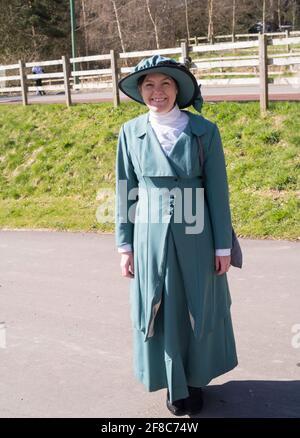Eine junge Frau in viktorianischer Kleidung im Beamish Museum, Co. Durham, England, Großbritannien Stockfoto