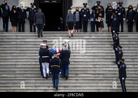 Die Schatulle des US-Polizeibeamten des Kapitols William 'Billy' Evans wird von einem Ehrenwachen des gemeinsamen Dienstes in das US-Kapitol in Washington, DC, USA, getragen 13. April 2021. Shawn Thew/Pool via REUTERS Stockfoto
