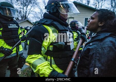 Demonstranten prallten am 12. April 2021 bei einer Kundgebung im Polizeidezernat des Brooklyn Centers im Brooklyn Center, Minnesota, mit der Polizei über den Schusstod von Daunte Wright zusammen. (Foto von Richard Tsong-Taatarii/Minneapolis Star Tribune/TNS/Sipa USA) Stockfoto