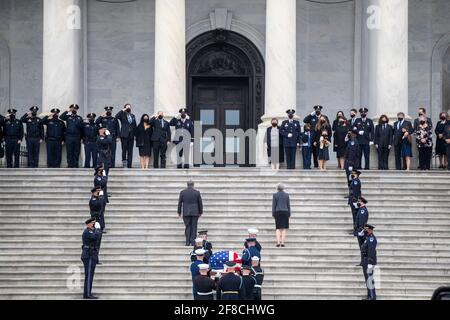 Die Schatulle des US-Polizeibeamten des Kapitols William 'Billy' Evans wird von einem Ehrenwachen des gemeinsamen Dienstes in das US-Kapitol in Washington, DC, USA, am 13. April 2021 getragen. Offizier Evans wurde am 02. April im Dienst getötet, als ein Fahrer sein Fahrzeug auf Evans und einen anderen Offizier rammte, bevor er in eine Sicherheitsbarriere am Nordeingang des Kapitols einstürzte. (Foto von Pool/Sipa USA) Stockfoto