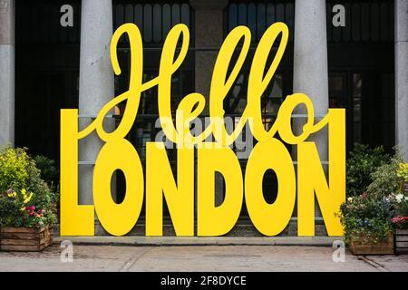 London, Großbritannien. 13. April 2021. Ein gelbes Hello London-Schild begrüßt die Menschen in Covent Garden. Quelle: Waldemar Sikora Stockfoto