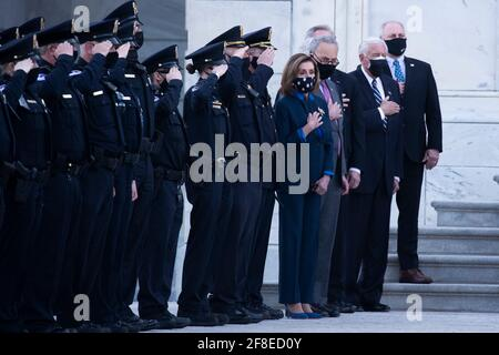 Die Sprecherin des Repräsentantenhauses der Vereinigten Staaten, Nancy Pelosi (Demokrat von Kalifornien) (4-R), Chuck Schumer (Demokrat von New York) (3-R), Steny Hoyer (Demokrat von Maryland) (2-R) und Steve Scalise (Republikaner von Louisiana), ein Minderheitsführer des US-Repräsentantenhauses (R) Wachen Sie mit den US-Polizeibeamten des Kapitols, wie die Schatulle des US-Polizeibeamten William Evans von einem Ehrenwachen des gemeinsamen Dienstes getragen und in einen Leichenwagen an der Ostfront des US-Kapitols gelegt wird, nachdem er zu Ehren in der Capitol Rotunda in Washington, DC, gelegen hat, USA, 13. April 2021. A 'Tri Stockfoto