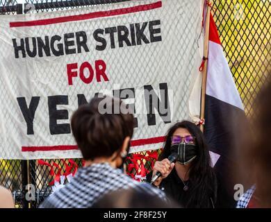 Washington, USA. April 2021. Die Vertreterin Rashida Tlaib spricht in einer Mahnwache zum Gedenken an die Opfer des Krieges im Jemen und zur Unterstützung eines 17-tägigen Hungerstreiks von Frauen, in dem sie Präsident Biden aufforderte, die Treibstoffblockade zu beenden. Kredit: Allison Bailey/Alamy Live Nachrichten Stockfoto