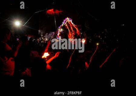 Bhaktapur, Nepal. April 2021. Nepalesische Nachtschwärmer tragen einen Wagen während Biska Jatra am Tag des Sindoor-Festivals, um die Ankunft des Frühlings und des nepalesischen Neujahr in Bhaktapur, Nepal, am Donnerstag, den 15. April 2021 zu begrüßen. Kredit: Skanda Gautam/ZUMA Wire/Alamy Live Nachrichten Stockfoto