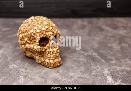 Menschlicher unheimlicher Schädel auf schwarzem Hintergrund. Mystisches Halloween-Konzept Stockfoto