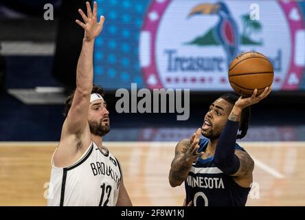 Minneapolis, Minnesota. 13. April 2021Minnesota Timberwolves-Wächter D'Angelo Russell (0) verfehlt am Dienstag, dem 13. April 2021 in Minneapolis, Minnesota, einen unausgeglichenen Schuss über den Brooklyn-Netzvorwärtskämpfer Joe Harris (12) im Target Center. (Foto von Jerry holt/Minneapolis Star Tribune/TNS/Sipa USA) Stockfoto