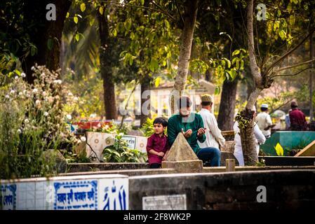 Barisal Sadar Upazila, Bangladesch. April 2021. Nach der Jummah versammeln sich Menschen auf dem muslimischen Friedhof, um für ihre Verwandten in Barishal in Bangladesch zu beten. (Foto: Mustasinur Rahman Alvi/Pacific Press) Quelle: Pacific Press Media Production Corp./Alamy Live News Stockfoto