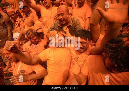 Bhaktapur, Nepal. April 2021. Anhänger spielen mit Zinnoberpulver, während sie das Sindoor Jatra Vermillion Powder Festival feiern. Feiernden trugen Wagen der Hindu-Götter und -Göttinnen und schleuderten im Rahmen der Feierlichkeiten zum nepalesischen Neujahrsfest Millionen Pulver aufeinander. Kredit: SOPA Images Limited/Alamy Live Nachrichten Stockfoto