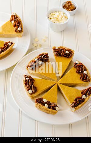 Dulche de leche und weißer Schokoladenkäsekuchen in Scheiben geschnitten