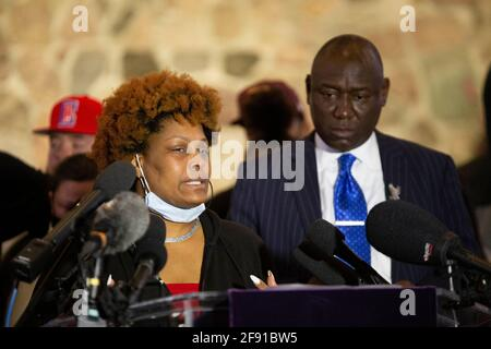 Minneapolis, Minnesota, USA. April 2021. 15. April 2021-Minneapolis, Minnesota, USA: Daunte Wrights Tante Nyesha Wright spricht auf einer Pressekonferenz in der New Salem Baptist Church in Minneapolis, Minnesota, über den Tod ihres Neffen und anhängige Anschuldigungen gegen seinen Mörder zweiten Grades, Kimberly Potter Faces. Potter, 48, aus Champlin, Minnesota, tötete Daunte Wright im Brooklyn Center, während er als Polizeibeamter im Brooklyn Center Dienst hatte. Das Brooklyn Center liegt 7 Meilen nordnordwestlich der Innenstadt von Minneapolis. Quelle: Henry Pan/ZUMA Wire/Alamy Live News Stockfoto