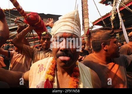 Kathmandu, NE, Nepal. April 2021. Buddha Krishna Shrestha, 48, durchdringt seine Zunge zum achten Mal in seinem Leben, während des jährlichen Jibro Chhedne Jatra (Tongue Piercing Festival) anlässlich des neuen Jahres, in Bode, Thimi in Kathmandu, Nepal, am 15. April 2021. Quelle: Aryan Dhimal/ZUMA Wire/Alamy Live News Stockfoto