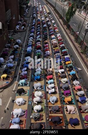 Dhaka, Bangladesch. April 2021. Hunderte von Gläubigen führten das erste Jumma-Gebet auf der Straße während einer einwöchigen strick-Sperre durch. (Foto von MD Saiful Amin/Pacific Press) Quelle: Pacific Press Media Production Corp./Alamy Live News Stockfoto