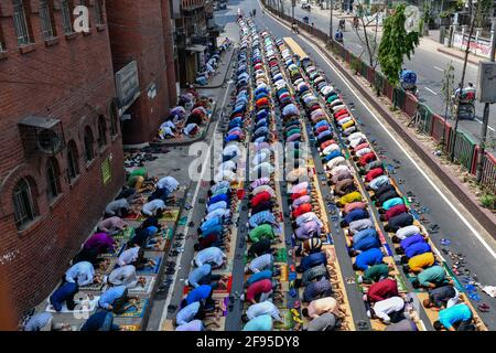 Dhaka, Bangladesch. April 2021. Muslime führen am ersten Freitag des heiligen Monats Ramadan Jumma-Gebet auf der Straße durch, ohne irgendeine soziale Distanz zu wahren, da die Behörden Bangladeschs eine strikte Sperre durchsetzten, um die Ausbreitung des Covid-19-Coronavirus zu bekämpfen.Quelle: SOPA Images Limited/Alamy Live News Stockfoto