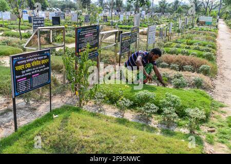 Dhaka, Bangladesch. April 2021. Ein Totengräber unterhält den Friedhof Rayer Bazar in Dhaka. (Foto von Zabed Hasnain Chowdhury/SOPA Images/Sipa USA) Quelle: SIPA US/Alamy Live News Stockfoto