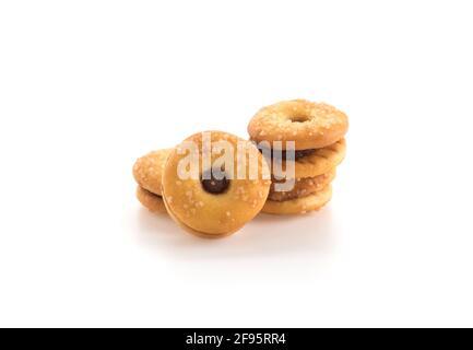 Keks mit Ananasmarmelade auf weiß