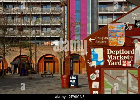 Deptford Market Yard - London (UK), 13. April 2021: Blick von der Hauptstraße in den Deptford Market Yard Stockfoto