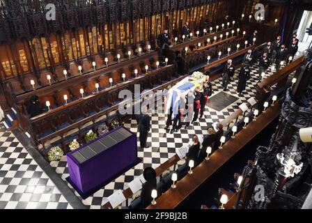 Königin Elizabeth II. Sieht zu, wie Paletträger den Sarg des Herzogs von Edinburgh während seiner Beerdigung in der St. George's Chapel, Windsor Castle, in der Grafschaft von Edinburgh, tragen. Bilddatum: Samstag, 17. April 2021. Stockfoto
