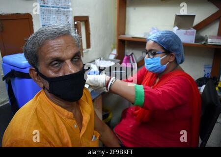 Kalkutta, Indien. April 2021. Ein Mann reagiert, nachdem er eine Dosis von Covaxin, einem Coronavirus-Impfstoff (COVID-19), im Gesundheitszentrum der Regierung des Bundesstaates Westbengalen in Kalkata erhalten hat. (Foto von Sudipta das/Pacific Press) Quelle: Pacific Press Media Production Corp./Alamy Live News Stockfoto