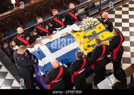 Die Paletträter tragen den Sarg des Herzogs von Edinburgh während seiner Beerdigung in der St. George's Chapel, Windsor Castle, Bekshire. Bilddatum: Samstag, 17. April 2021. Stockfoto