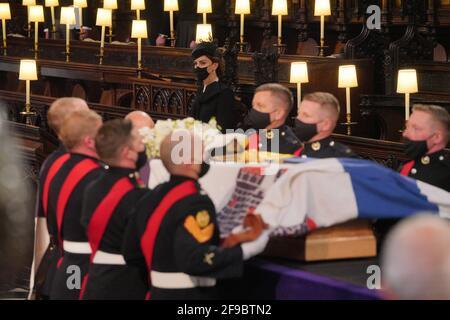 Die Herzogin von Cambridge sieht zu, wie Paletträter den Sarg des Herzogs von Edinburgh während seiner Beerdigung in der St. George's Chapel, Windsor Castle, in der Grafschaft von Edinburgh, tragen. Bilddatum: Samstag, 17. April 2021. Stockfoto