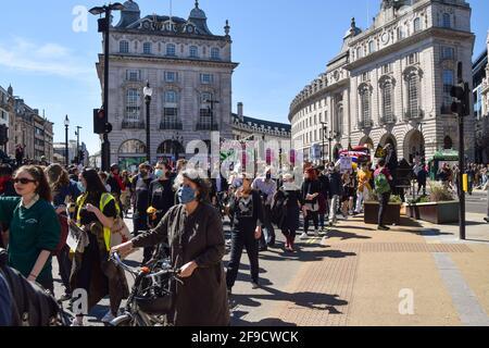 London, Großbritannien. April 2021. Demonstranten laufen während des Protestes zum Töten des Bill durch den Piccadilly Circus. Erneut marschierten Menschenmengen durch das Zentrum Londons, um gegen das Gesetz über Polizei, Verbrechen, Verurteilung und Gerichte zu protestieren. Kredit: Vuk Valcic/Alamy Live Nachrichten Stockfoto