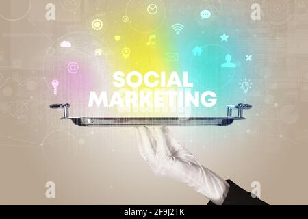 Kellner mit Social Networking-Konzept