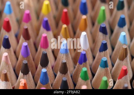 Nahaufnahme vieler vielfarbiger, scharfer Holzstifte