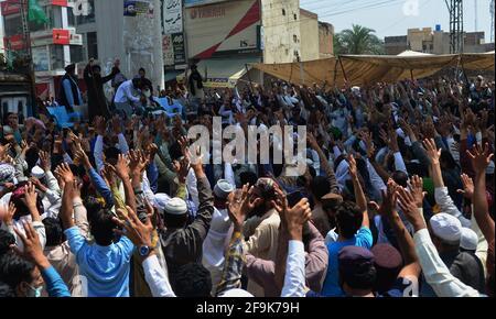Lahore, Pakistan. April 2021. Anhänger der Partei Tehreek-e-Labbaik Pakistan (TLP) tragen den Sarg und rufen Slogans während des Begräbnisgebets ihres Kollegen eines Genossen, der beim Zusammenstoß mit den Sicherheitskräften am Sonntag getötet wurde, Ein Protest, nachdem ihr Anführer nach seinen Forderungen nach der Ausweisung des französischen Botschafters in Lahore festgenommen worden war. (Foto von Rana Sajid Hussain/Pacific Press) Quelle: Pacific Press Media Production Corp./Alamy Live News Stockfoto