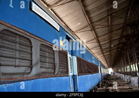 Allahabad, Uttar Pradesh, Indien. April 2021. Prayagraj: Isolationswagen parkten am Dienstag, dem 20. April 2021, am Bahnhof Subedar in Prayagraj. Quelle: Prabhat Kumar Verma/ZUMA Wire/Alamy Live News Stockfoto