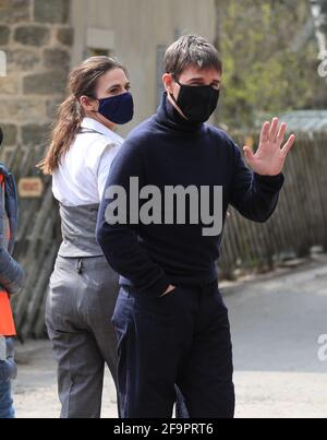 Der Schauspieler Tom Cruise winkt zu Zuschauern, während er zu seinem jüngsten Projekt geht, das im Nebengebäude des Bahnhofs im Dorf Levisham in den North York Moors gedreht wird. Bilddatum: Dienstag, 20. April 2021. Stockfoto