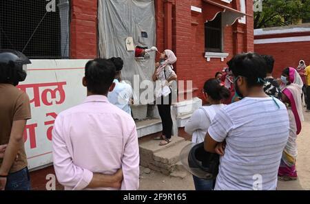 Allahabad, Indien. April 2021. Ein Mitarbeiter des Gesundheitswesens, der in einem Sammelzentrum in Prayagraj eine Abstrichprobe genommen hat. (Foto: Prabhat Kumar Verma/Pacific Press) Quelle: Pacific Press Media Production Corp./Alamy Live News Stockfoto