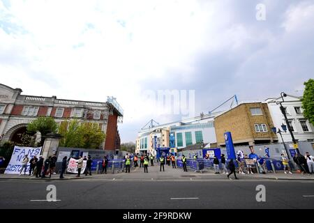 Fans protestieren vor der Stamford Bridge, London, gegen Chelseas Beteiligung an der neuen Europäischen Super League. Bilddatum: Dienstag, 20. April 2021. Stockfoto