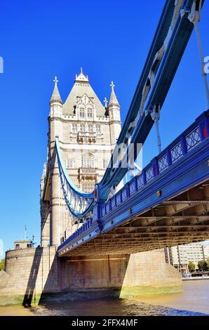 London, England, Vereinigtes Königreich. Ein Teil der Spannweite, die zur Brücke und den Zwillingstürmen der berühmten Tower Bridge führt, die sich in der Nachmittagssonne sonnen.