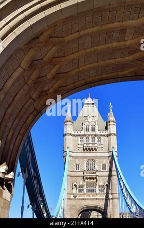 London, England, Vereinigtes Königreich. Einer der beiden Türme der ikonischen Tower Bridge, der durch das südliche Eingangsportal von Southwark zur Brücke gesehen wird.
