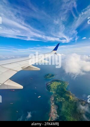 Panama vom Himmel. Schöne Komposition mit einem Flugzeugflügel und einer tropischen Insel.