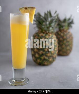 Erfrischender frisch gemachter Fruchtsaft auf einem Glas, Ananassaft