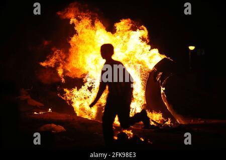 Ein Junge rennt um ein Lagerfeuer, als Ultra-orthodoxe Juden den jüdischen Feiertag von lag Ba'Omer in Bnei Brak, nahe Tel Aviv, Israel, am 29. April 2021 markieren. REUTERS/NIR Elias