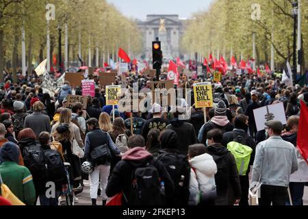 """Demonstranten marschieren während eines Protestes zum """"Kill the Bill"""" in London, Großbritannien, 1. Mai 2021. REUTERS/Peter Nicholls Stockfoto"""
