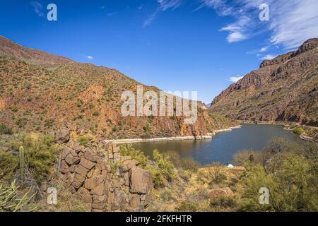 Wunderschöne malerische Aussicht auf den Fluss und die Felsen vor dem blauen Himmel, Sonoran Wüste, Arizona