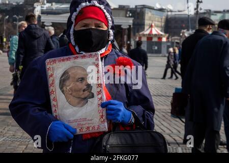 Moskau, Russland. Am 22. April 2021 besuchen russische kommunistische Anhänger das Mausoleum des sowjetischen Gründers Wladimir Lenin anlässlich des 151. Jahrestages seiner Geburt auf dem Roten Platz im Zentrum Moskaus während der neuartigen Coronavirus-Pandemie COVID-19 in Russland